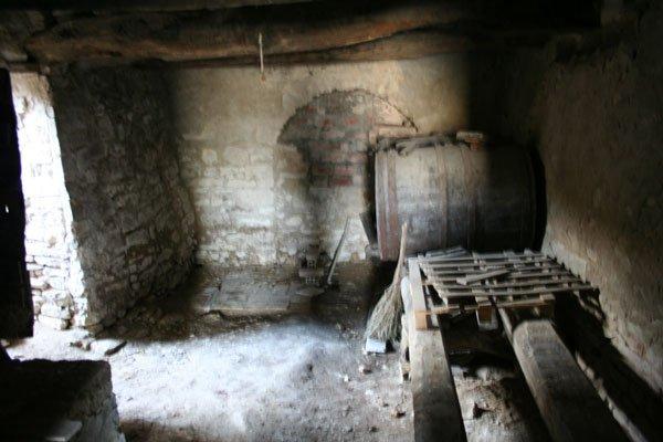 Vista da dentro la cantina villa villacolle - Porta tocca pavimento ...