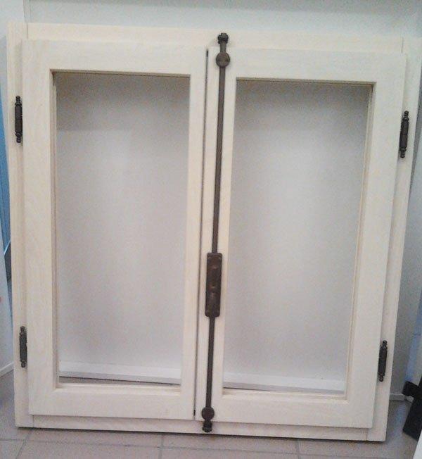 Le finestre in legno legno verniciato o legno stile - Si espongono alle finestre ...