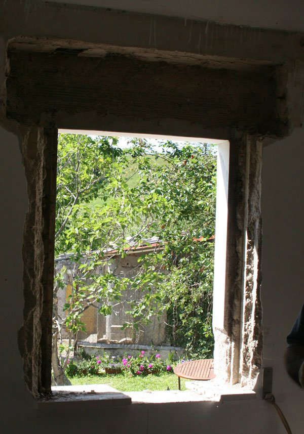 A proposito di cucina villa villacolle - Lavello sotto finestra ...