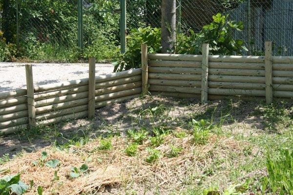 Il muro di legno per l orto villa villacolle - Palizzate in legno per giardino ...