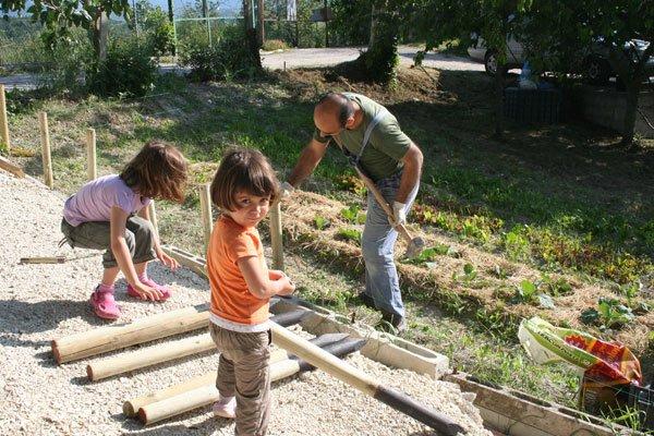 il muro di legno per l'orto | villa villacolle - Piccolo Giardino Con Ghiaia