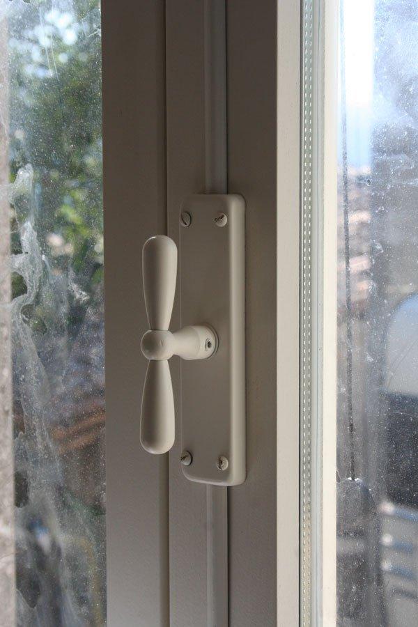 Le finestre della cucina villa villacolle for Finestre bianche