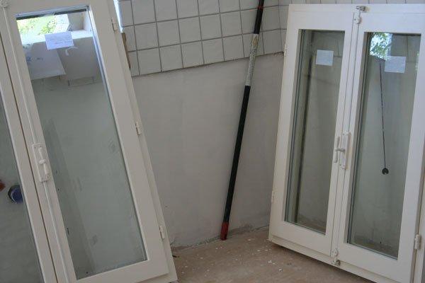 Le finestre della cucina villa villacolle - Finestre in legno bianche ...