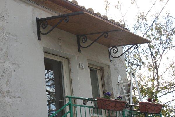Una tettoia nuova nuova per l inverno villa villacolle - Tettoia per porta ingresso ...