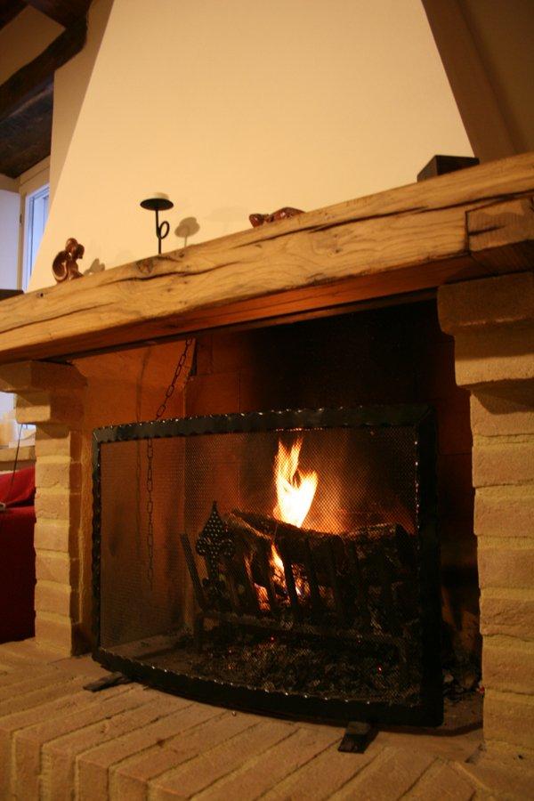 Finalmente un soggiorno per tutti villa villacolle for Piani di casa con camino a doppia faccia