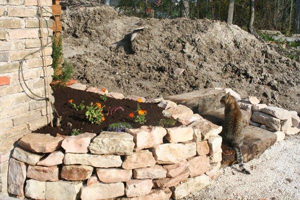 Muretti in pietra per aiuole muri e aiuole in pietra - Muretti in pietra giardino ...